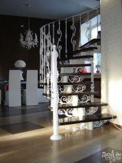 Светлая лестница с белыми перилами с кованым ограждением