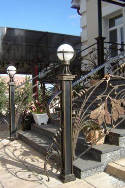 Красивая лестница в загородный дом с коваными элементами