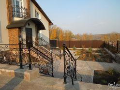Лестницы для частного дома с кованым ограждением для перил