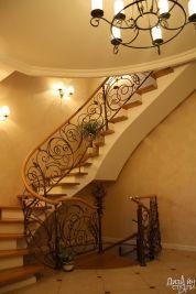 Лестница в светлых тонах с эксклюзивным кованым ограждением