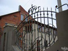 Кованый забор для загородного дома