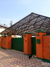 Навес из металлокаркаса и поликарбоната для загородного дома
