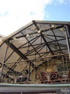 Навес из поликарбоната с коваными элементами