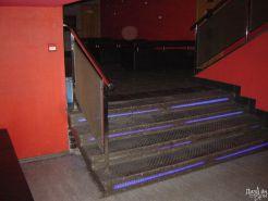 Лестница из нержавеющей стали со светящимися элементами