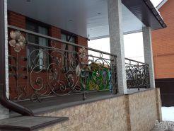 Ограждение для балкона с декором из кованых элементов