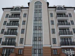 Многоэтажный дом с балконными ограждениями