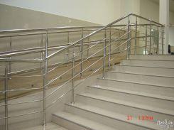 Лестница с прочными металлическими ригелями
