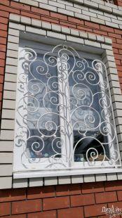 Металлическое ограждение для окна в частном доме