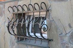 Металлическое ограждение для небольшого окна