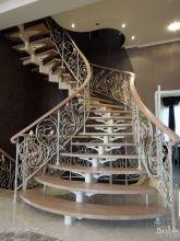 Эксклюзивная лестница в дом в светлых тонах