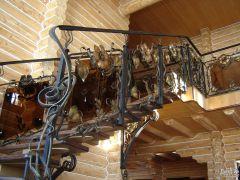 Лестница маршевая с кованым узором