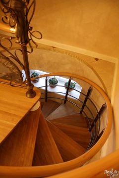 Лестница винтовая с коваными элементами