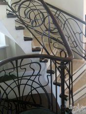Черная лестница с кованым ограждением