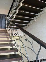 Темная металлическая лестница с коваными элементами