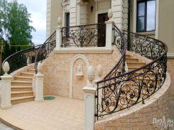 Красивая лестница с эксклюзивными коваными ограждениями