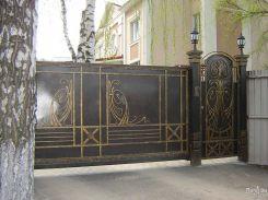 Темные ворота с золотистой ковкой