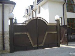 Распашные ворота с коваными вставками