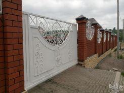 Белые откатные ворота с коваными элементами