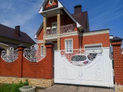 Частный дом с коваными откатными воротами