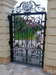 Черные откатные ворота в загородный дом