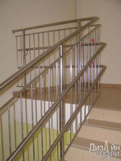 Металлическая лестница с ограждением для школы