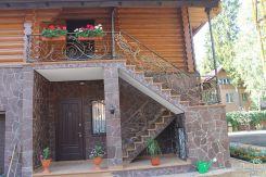 Металлическая лестница с декорированным кованым ограждением