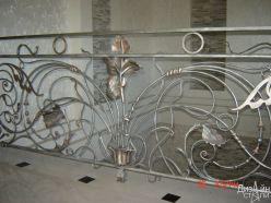 Металлические перила для лестницы с кованым декором