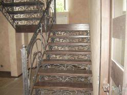 Металлическая лестница с коваными элементами