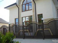 Стильный кованый забор для загородного дома