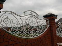 Кирпичный забор с декоративными коваными элементами