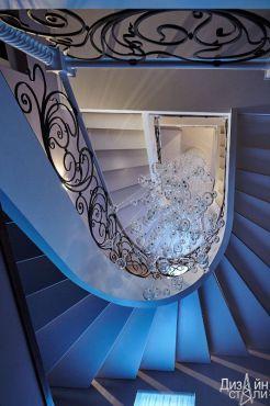 Стильная лестница с элементами художественной ковки