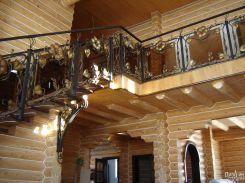Красивая лестница с перилами с художественной ковкой