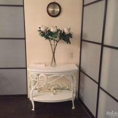 Стол в белом цвете с коваными элементами