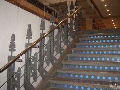 Лестница из нержавеющей стали в строгом стиле