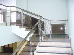 Белая лестница с ограждением из стекла