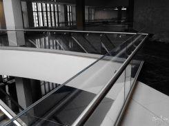 Ограждение из стекла для торгового центра