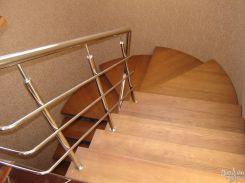 Винтовая лестница с металлическим ограждением