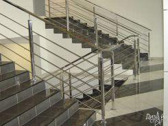 Лестница с прочным ограждением