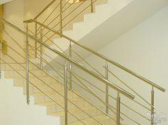 Лестница в светлых тонах с металлическими ригелями