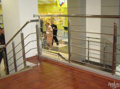Лестница с ограждением в торговом центре
