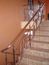 Светлая лестница с декором на перилах