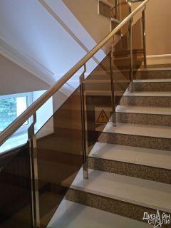Лестница маршевая с декором из мрамора