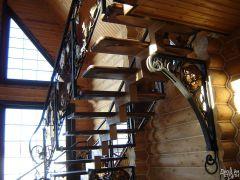 Лестница маршевая с декором из кованых листьев