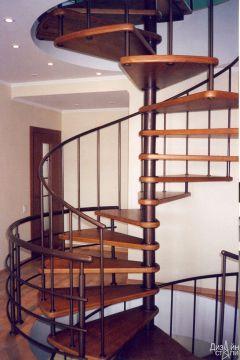 Лестница деревянная из дерева и металла