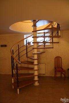 Лестница винтовая для загородного дома